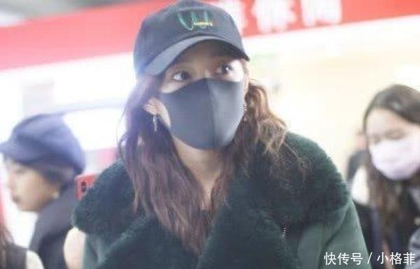 """粉丝 关晓彤机场被喊""""鹿嫂"""",她下意识说3个字,网友这狗粮我吃了"""