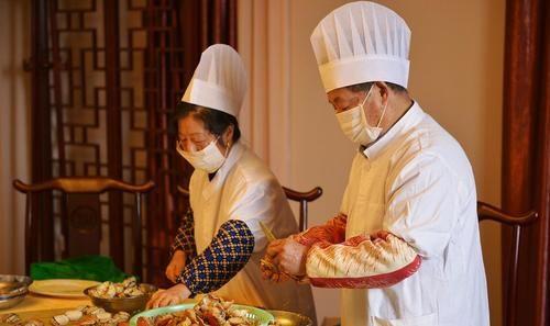 「餐馆」法国人来中国餐馆吃了一份大闸蟹,扔下100元就走,老板立马拦住