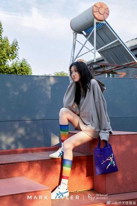 14岁李嫣再次当模特,穿超短裤玩下衣失踪,大长腿实力抢镜