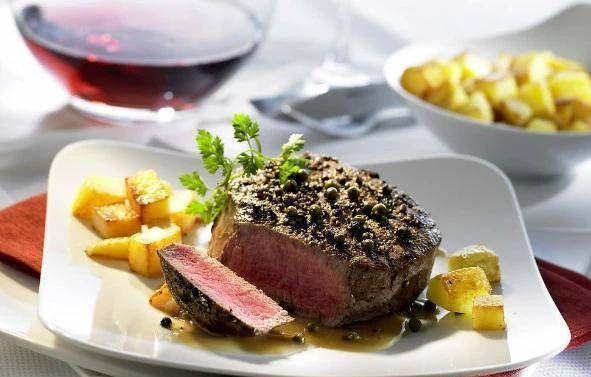 「葡萄」吃西餐时,牛排旁边的小葡萄最好不要吃,否则服务员会嘲笑你