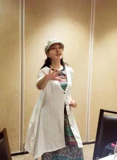 不服老|刘晓庆终于敢晒未修图,爬满皱纹的脸是松垮,比刻意扮嫩漂亮!