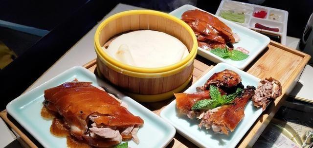 全聚德:全聚德吃烤鸭,上面明明还有肉,师傅却不片了,说4个字最有效